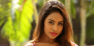 Sri Reddy asks Pawan Kalyan to encourage Telugu heroines