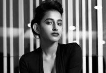 Apoorva Srinivasan flaunts her cleavage