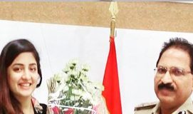 Poonam Kaur meets Telangana DGP Mahender Reddy