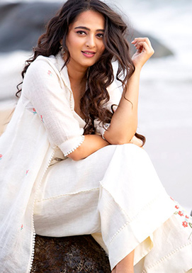 Anushka Shetty New Look giving shock