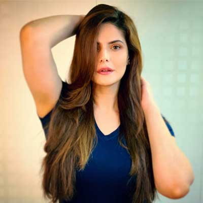 Director asks Zareen Khan to rehearse a kissing scene