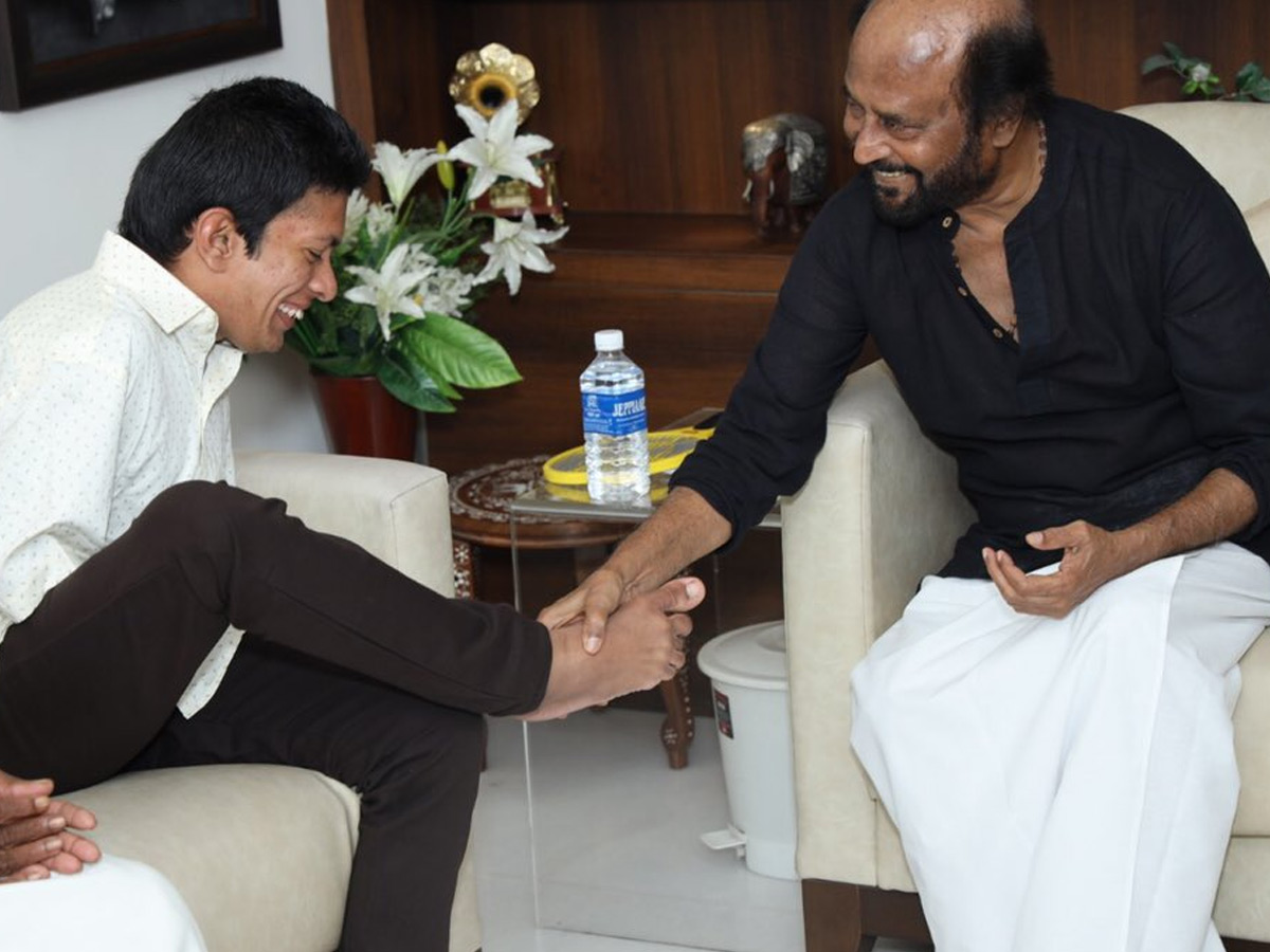 Rajinikanth touches His Fan Feet to represent a handshake