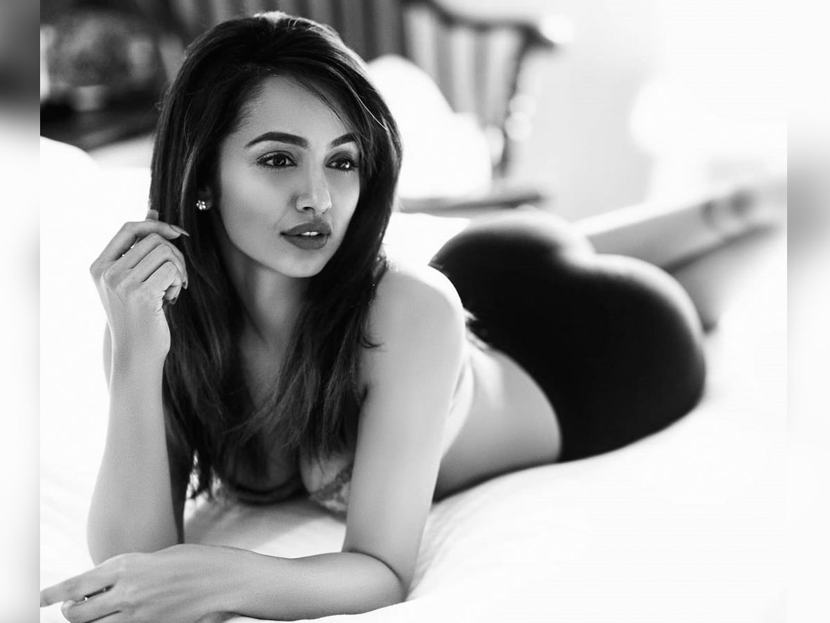 Tejaswi Madivada raises h*tness with topless look - tollywood