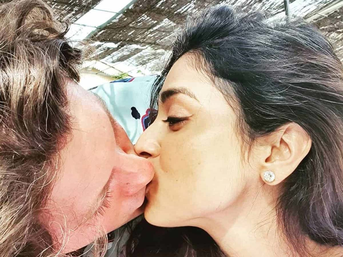 Shriya Saran steamy lip lock