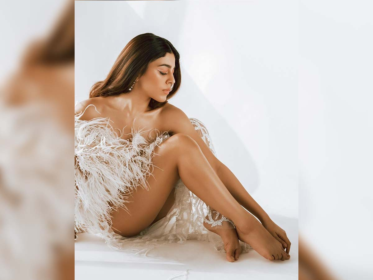 Alaya Fsensuous look in feathery outfit