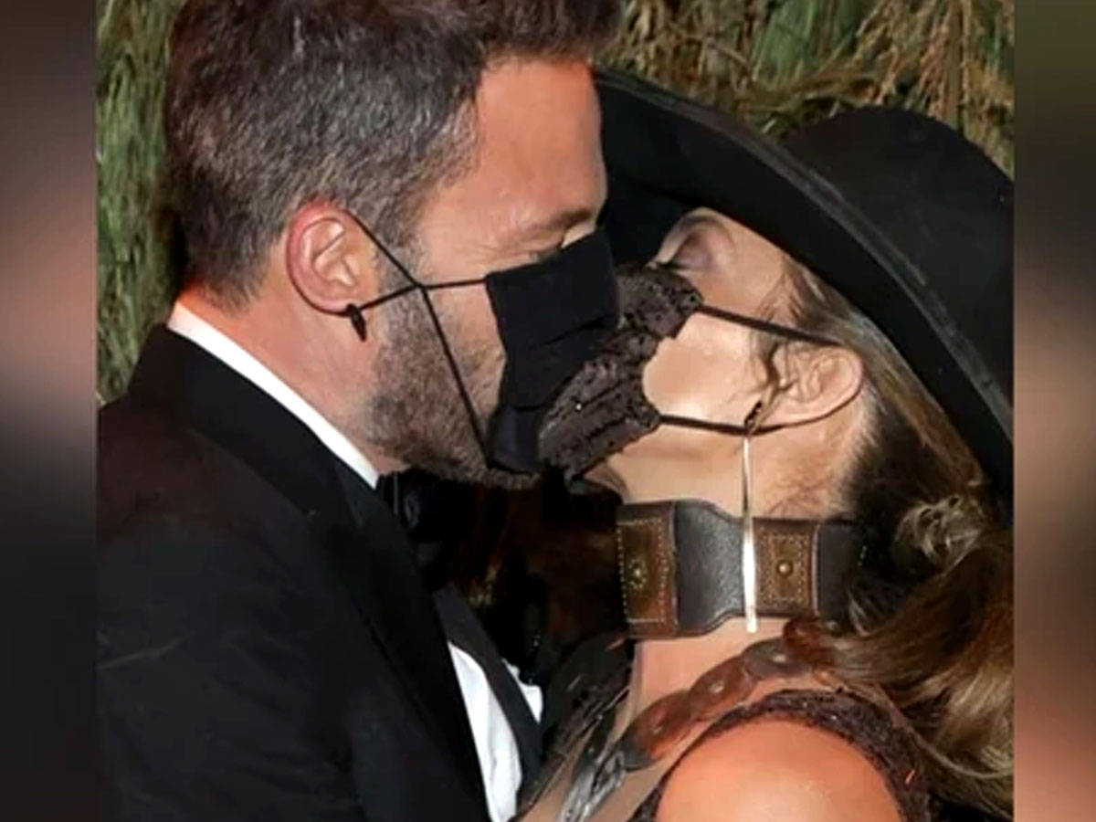 Covid-19 friendly kissover the mask at Met Gala 2021